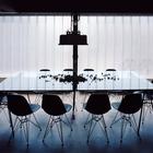 Столовая расположена у большого окна закрытого стеклопрофилитом. (индустриальный,лофт,винтаж,стиль лофт,индустриальный стиль,архитектура,дизайн,экстерьер,интерьер,дизайн интерьера,мебель,столовая,дизайн столовой,интерьер столовой,мебель для столовой)