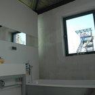 Ванна с бетонными стенами вместо кафеля.