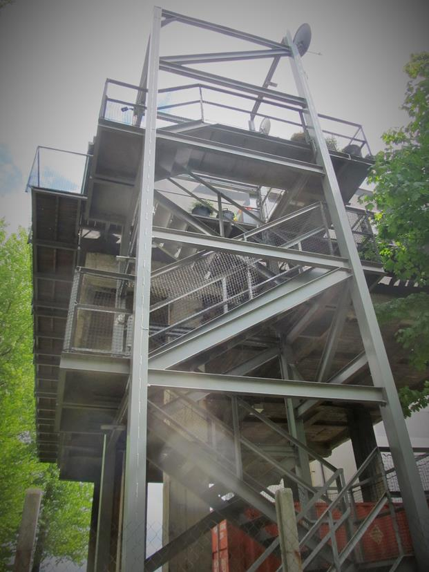Лестница ведущая в дом, на высоту третьего этажа.