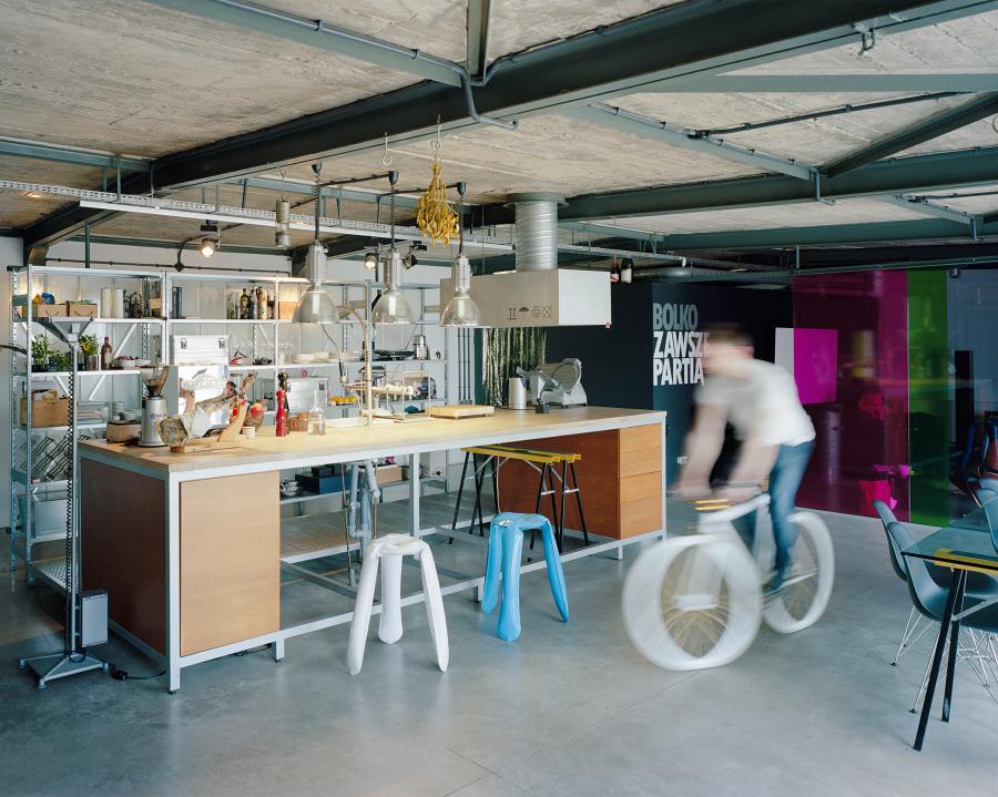 Помещение, как и положено промышленному лофту очень свободное. Можно даже покататься на велосипеде.