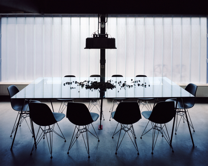 Столовая расположена у большого окна закрытого стеклопрофилитом.