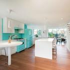 Кухня получилась минималистичная с четкими линиями, оформленная в бирюзовых тонах заданных холодильником и печкой бирюзового цвета переехавшими из предыдущего дома хозяев.