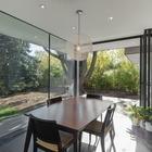 Сдвижные стеклянные двери-гармошка ведут в сад. (арт деко,арт-деко,интерьер арт-деко,стиль арт-деко,архитектура,дизайн,экстерьер,интерьер,дизайн интерьера,мебель)