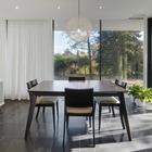 Столовая тесно связана с садом благодаря остекленным стенам. Занавески могут добавить приватности, когда это необходимо. (арт деко,арт-деко,интерьер арт-деко,стиль арт-деко,архитектура,дизайн,экстерьер,интерьер,дизайн интерьера,мебель)