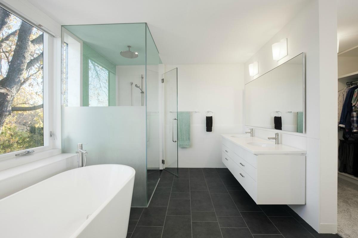 Просторная и светлая ванна рядом с главной спальней.