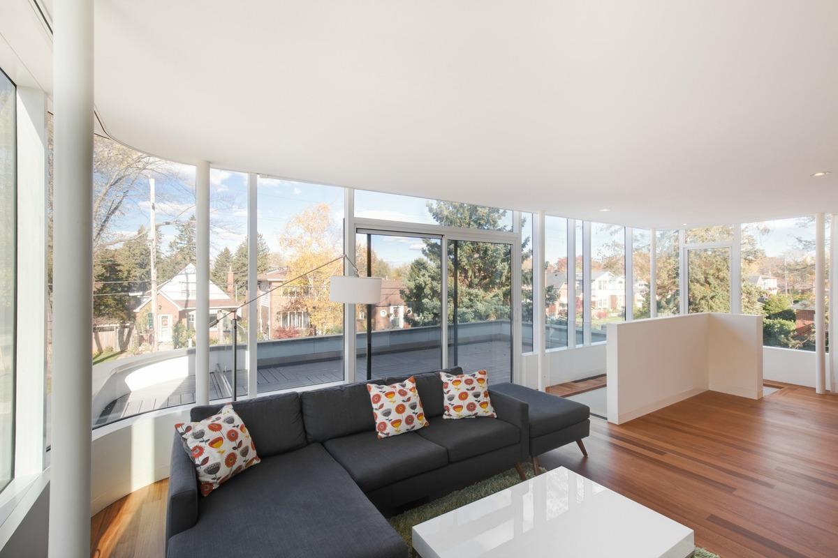 Жилая комната на втором этаже с остекленным фасадом имеет выход на террасу.