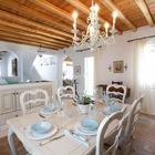 Обеденные стол для столовой был изготовлен местным столяром по чертежам хозяйки. (средиземноморский,архитектура,дизайн,экстерьер,интерьер,дизайн интерьера,мебель,столовая,дизайн столовой,интерьер столовой,мебель для столовой)