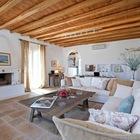 Полы на нижнем этаже выложены камнем из карьера на севере Греции. (средиземноморский,архитектура,дизайн,экстерьер,интерьер,дизайн интерьера,мебель,гостиная,дизайн гостиной,интерьер гостиной,мебель для гостиной)