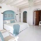Традиционные окрашенные бетонные полы в одной из семи спален. (средиземноморский,архитектура,дизайн,экстерьер,интерьер,дизайн интерьера,мебель,спальня,дизайн спальни,интерьер спальни)