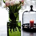 Детали: Цветы в зеленой стеклянной банке и свеча под крышкой.