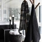 Детали: Деревянная вешалка в ванной и черные подсвечники на черном.
