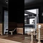 Детали: Деревянные подсвечники натурального цвета в ванной на деревянном полу рядом с сауной.