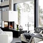 Дизайн гостиной выполнен а контрастных черно-белых тонах.