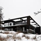 Глядя на современные очертания фасада дома, даже трудно представить, что это деревянный дом.