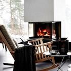 Камин и кресло-качалка добавляют уюта даже в большое помещение. Нужно отметить что камин закрыт стеклом, как требуют норма для энергосберегающих домов.