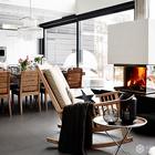 Камин визуально разделяет столовую и гостиную. Гостиную также украшают разнообразные подсвечники. (скандинавский,современный,архитектура,дизайн,экстерьер,интерьер,дизайн интерьера,мебель,гостиная,дизайн гостиной,интерьер гостиной,мебель для гостиной,столовая,дизайн столовой,интерьер столовой,мебель для столовой)