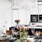 Стол в столовой сервирован к приему гостей. (скандинавский,современный,архитектура,дизайн,экстерьер,интерьер,дизайн интерьера,мебель,кухня,дизайн кухни,интерьер кухни,кухонная мебель,мебель для кухни,столовая,дизайн столовой,интерьер столовой,мебель для столовой)