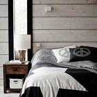 Светлая деревянная фактура сама по себе является украшением спальни.