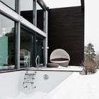 Терраса с бассейном рядом с ванной. (скандинавский,современный,архитектура,дизайн,экстерьер,интерьер,дизайн интерьера,мебель,на открытом воздухе,патио,балкон,терраса)