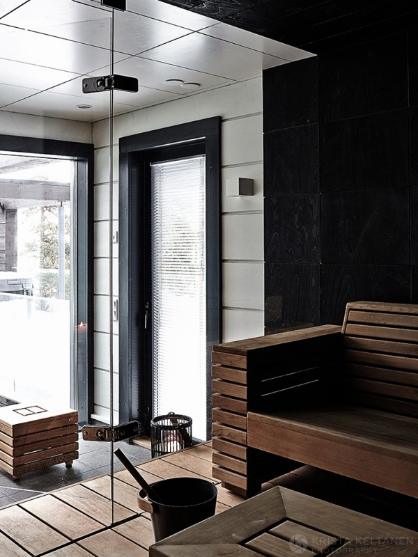 Сауна - достаточно традиционное помещение для финских домов, поэтому ее присутствие в этом доме не удивительно.