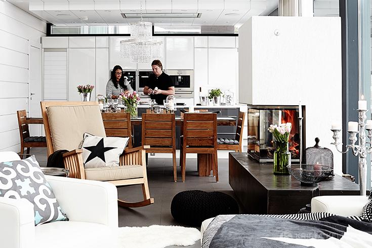 Столовая и кухня находятся напротив гостиной.
