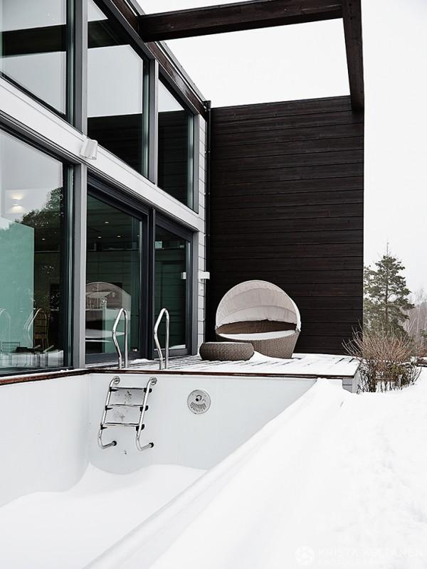 Терраса с бассейном рядом с ванной.