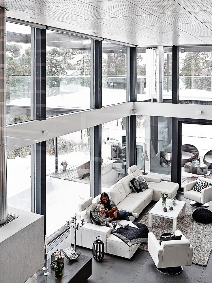 Высокий потолок и большая площадь остекления делают гостиную светлее, открывают ее на улицу и заставляют казаться больше чем она есть на самом деле.