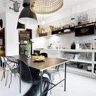 Необычно смотрятся открытые полки обложенные кафельной плиткой под кухонной столешницей обложенной такой же белой кафельной плиткой. Конечно не так необычно как висящая под потолком садовая лейка. (индустриальный,лофт,винтаж,стиль лофт,индустриальный стиль,интерьер,дизайн интерьера,мебель,квартиры,апартаменты,кухня,дизайн кухни,интерьер кухни,кухонная мебель,мебель для кухни,столовая,дизайн столовой,интерьер столовой,мебель для столовой)