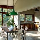 Кухня рядом со столовой. Оба помещения выполнены в стиле середины 20-го века. (архитектура,дизайн,экстерьер,интерьер,дизайн интерьера,мебель,1950-70е,середина 20-го века,деревенский,сельский,кантри,кухня,дизайн кухни,интерьер кухни,кухонная мебель,мебель для кухни,столовая,дизайн столовой,интерьер столовой,мебель для столовой)