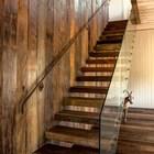 Лестница на второй этаж с ограждением из стекла, которое на скрывает деревянную стену, если смотреть из гостиной. (архитектура,дизайн,экстерьер,интерьер,дизайн интерьера,мебель,1950-70е,середина 20-го века,деревенский,сельский,кантри,лестница)