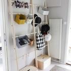 Минималистичный подход к прихожей, однако батарея может быть очень полезной, чтобы просушить одежду.