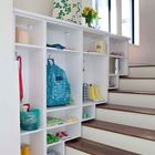Шкафы прихожей расположенные вдоль лестницы. (вход,прихожая,интерьер,дизайн интерьера,мебель,современный)