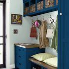 Смелый темно синий цвет в прихожей требует больше света и пространства.
