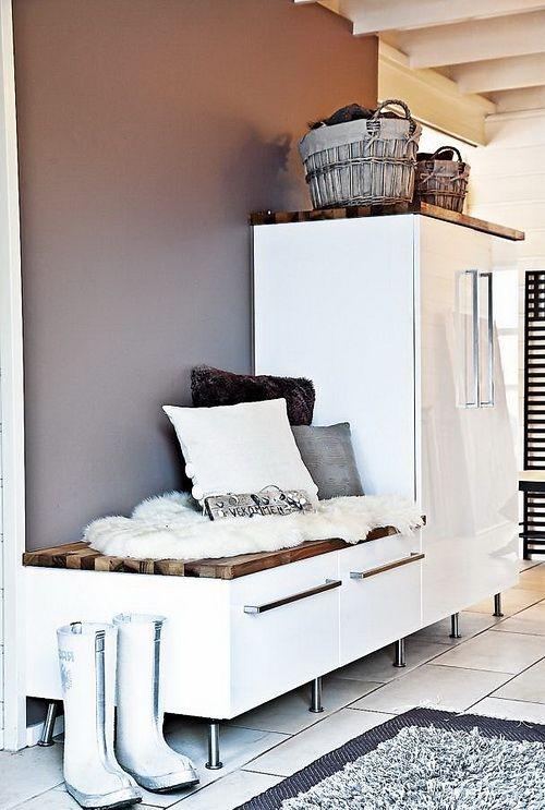 Элегантная прихожая в скандинавском стиле с белой мебелью.