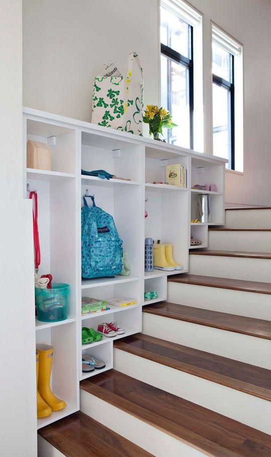 Шкафы прихожей расположенные вдоль лестницы.