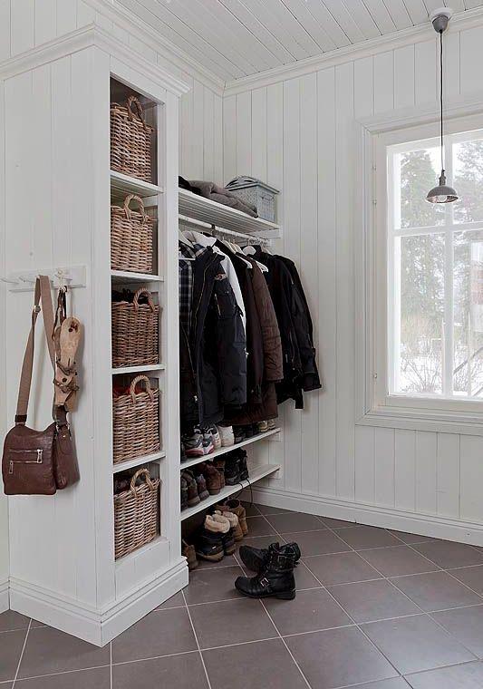 Удобно, когда одежду можно повесить на плечики, а для обуви есть несколько полок.