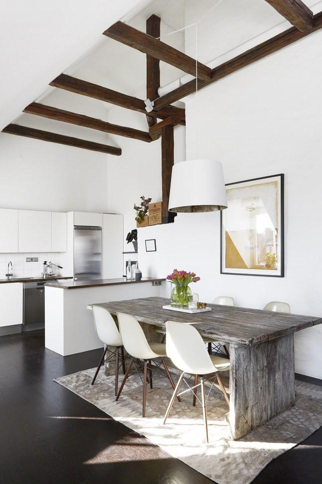 Кухня и столовая в мансардной квартире.