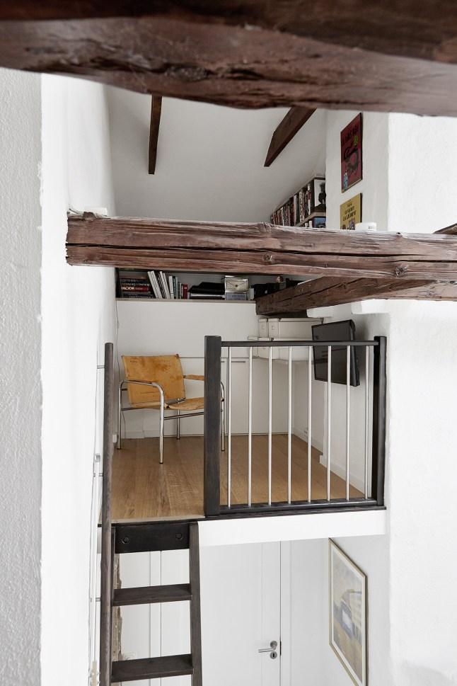 Небольшой домашний офис-библиотека на чердаке.