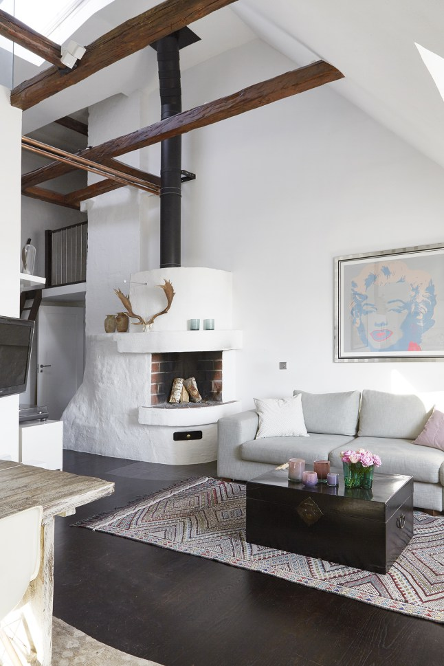 Реконструированный камин аккуратно вписали в интерьер квартиры.