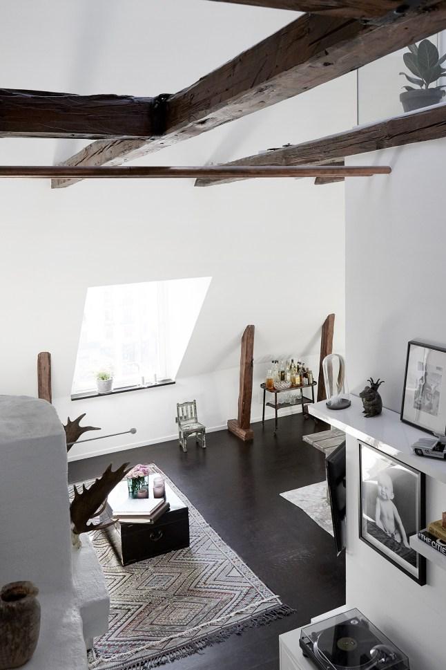 Всю высоту гостиной можно осознать только глядя вниз с небольшой площадки над холлом.