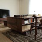 Книжный стеллаж-стол в интерьере установленный за диваном.