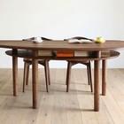 Под столом выполнена полка, которую можно использовать для хранения столовых принадлежностей или книг.
