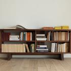 Поскольку стеллаж-стол выполнен отдельным от дивана, то его можно расположить у стены.