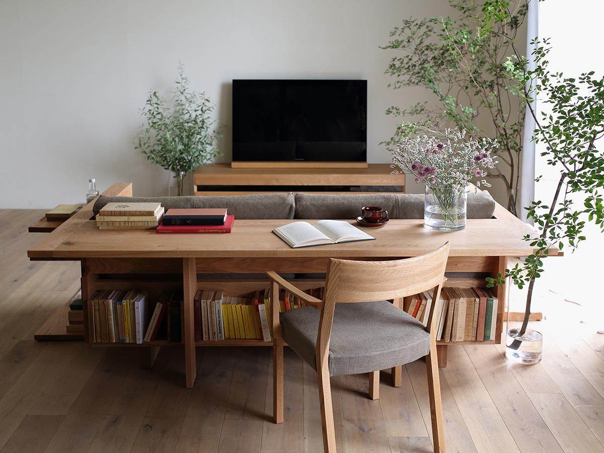 Диван со столиком смотрится очень органично в интерьере.