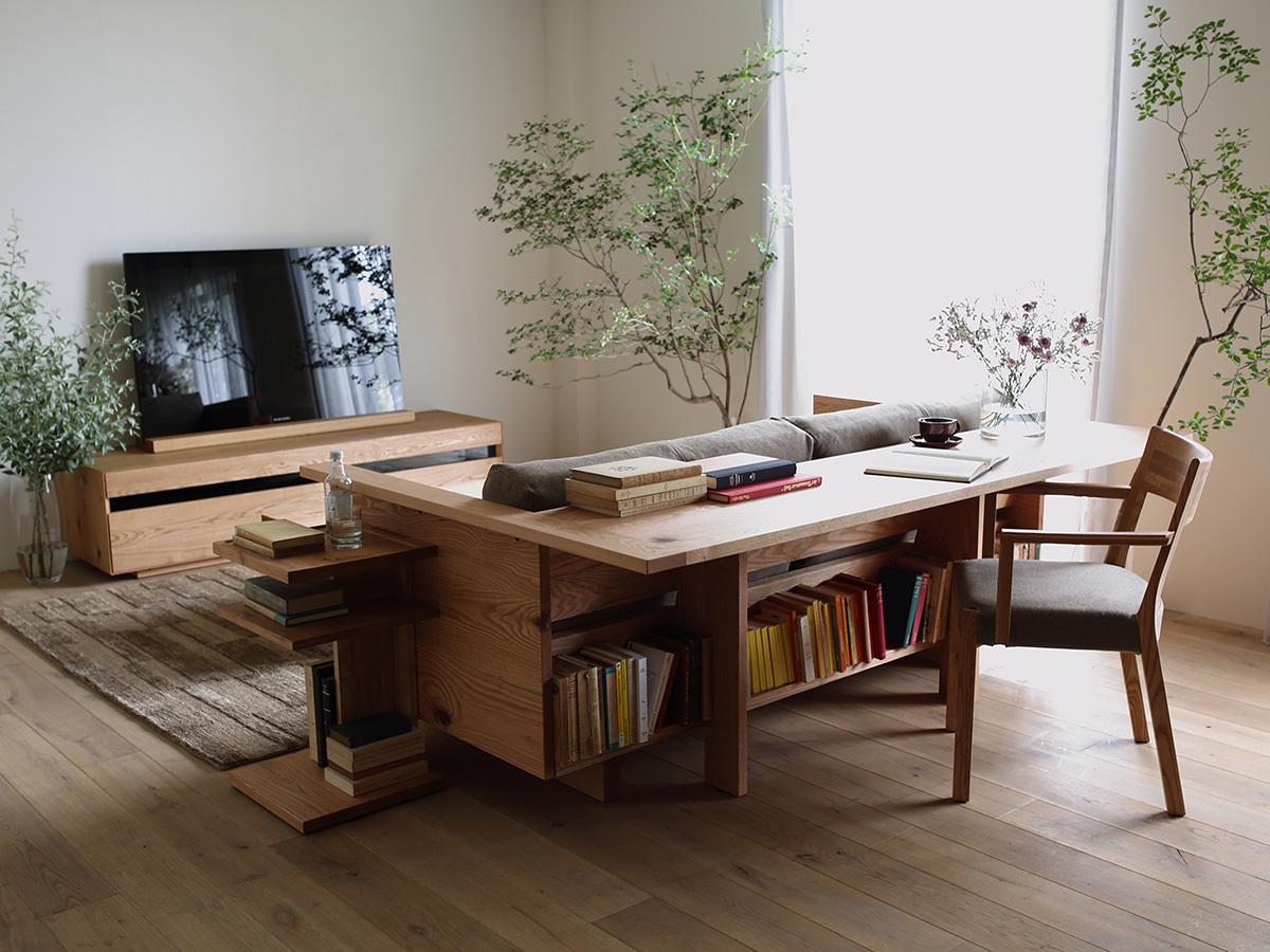 Диванчик из натурального дерева со столом за спинкой.