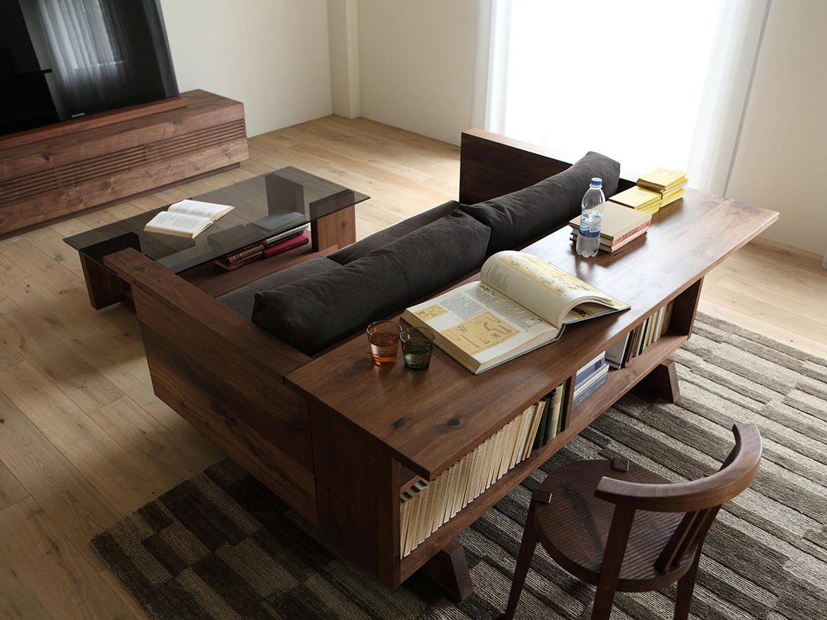 Еще один вариант использования места за диваном - отдельные от дивана книжные полки с рабочим столом.