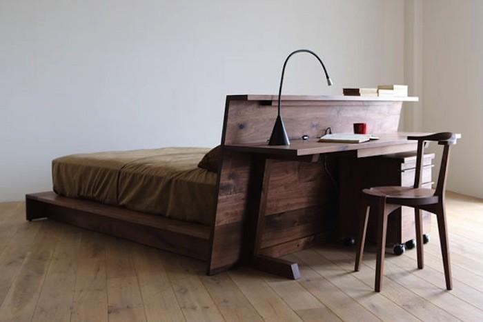 Рабочий стол за изголовьем кровати. Благодаря выступающему подиуму под матрасом и ширине ножек, стол можно поставить на кровать и использовать сидя в кровати.