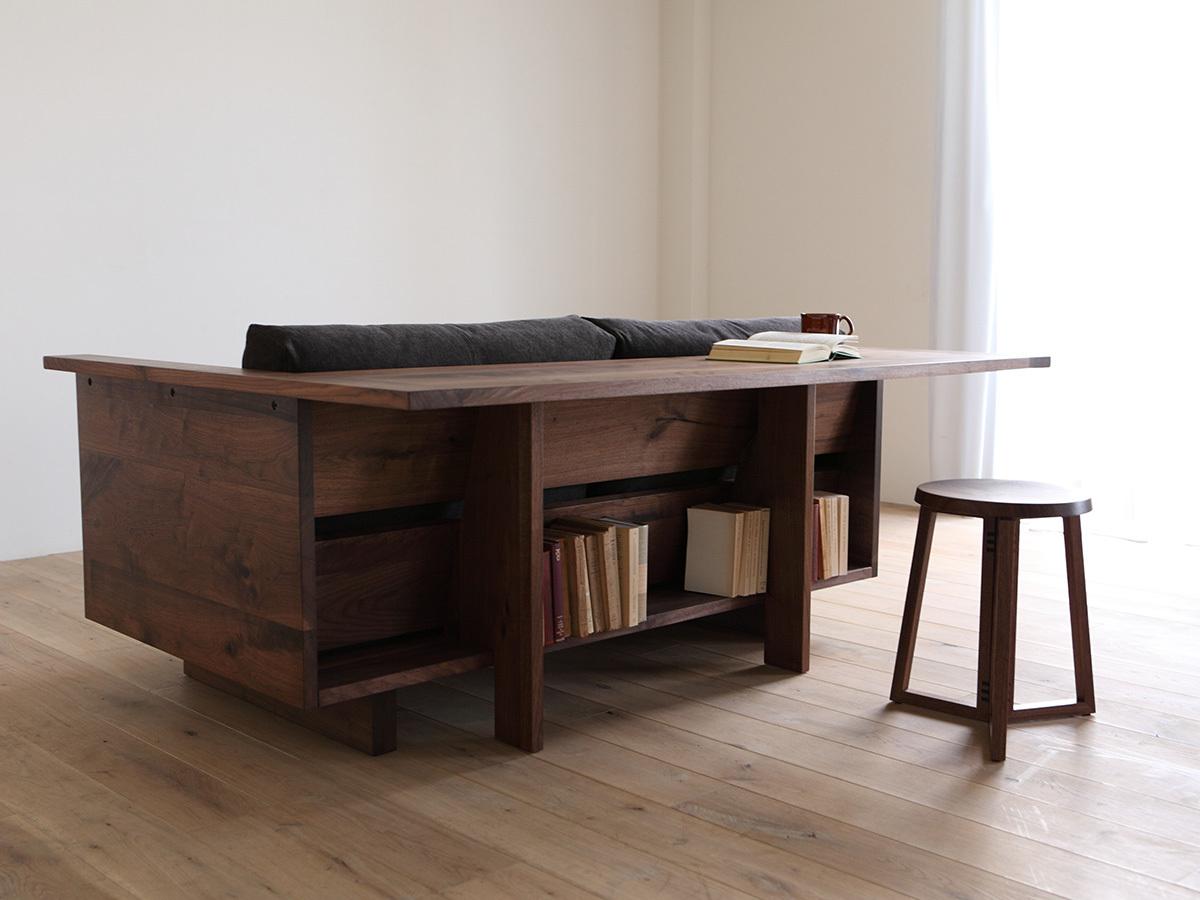 Стол-диван в темном варианте исполнения.