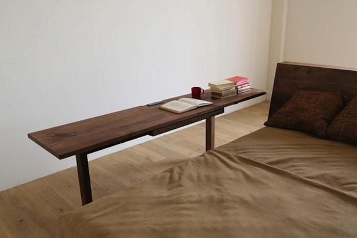 Также стол удобно использовать и расположив вдоль кровати.