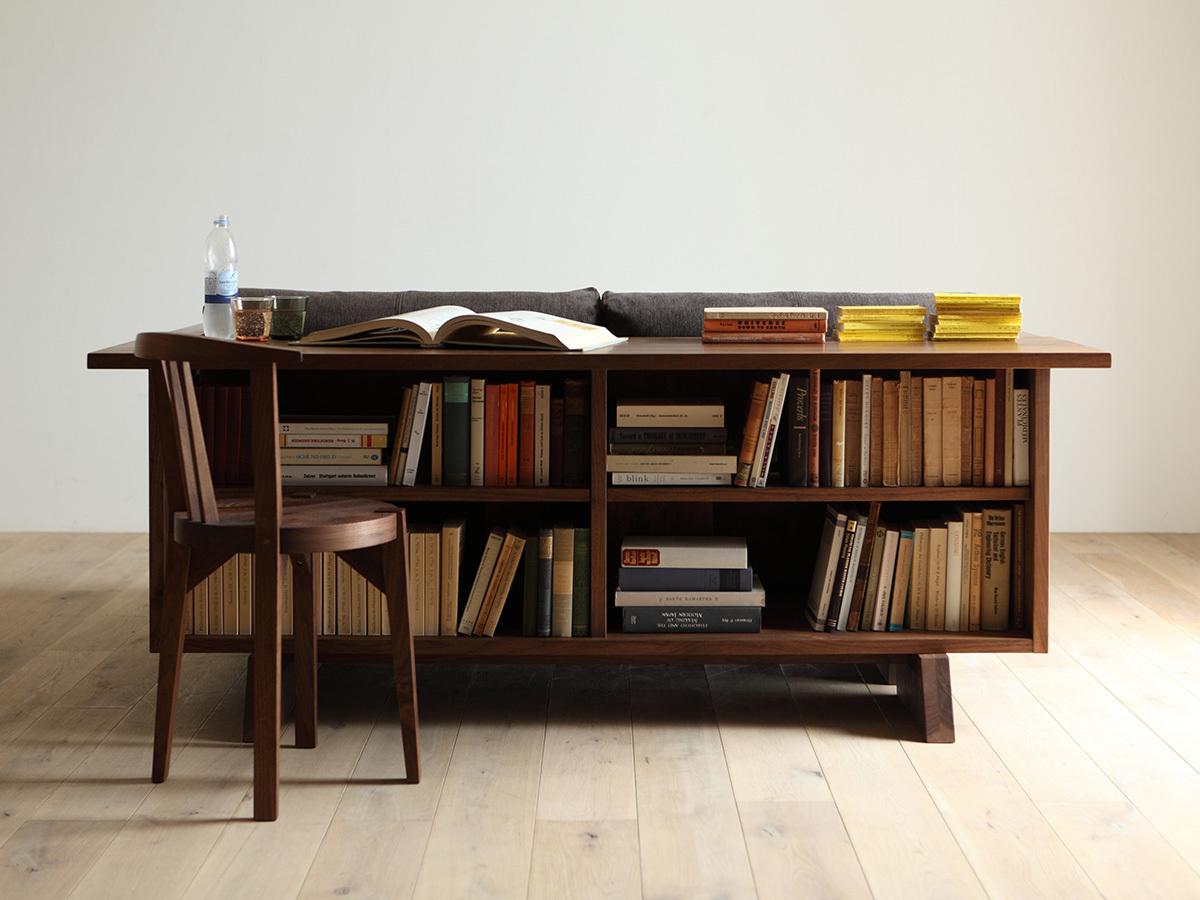 В данной версии стол имеет два яруса для книжных полок.